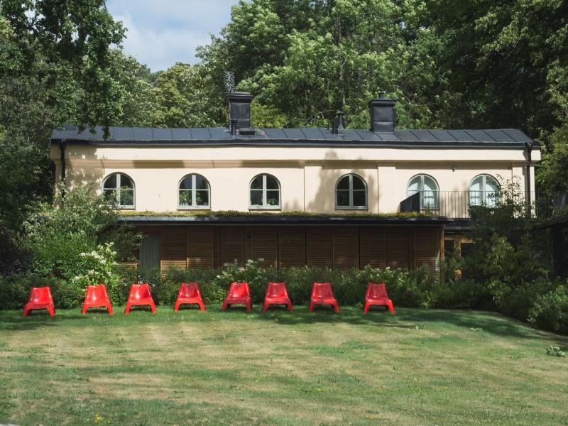 157 Röda stolar